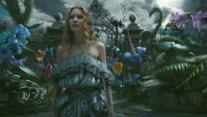 Oh weh! Die erwachsene Alice drängt und zwängt mit aller Macht zurück in ihre Kinderwelt - ein Traumata.