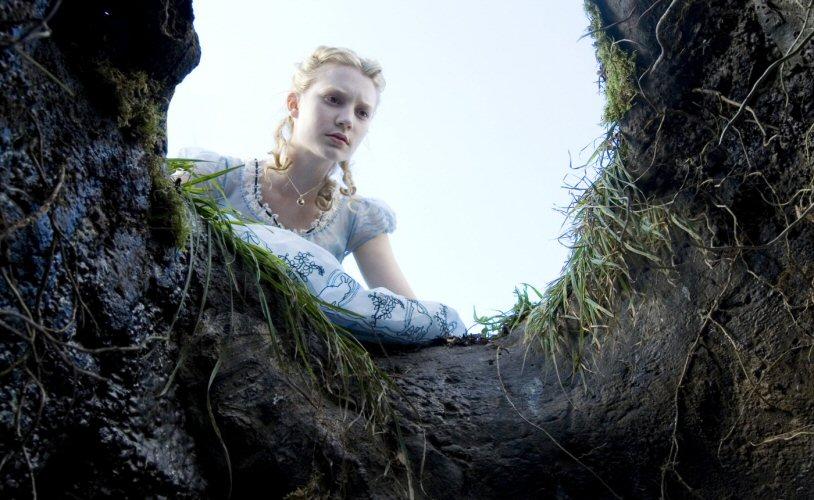 Alice zwängt und drängt ins Wonderland